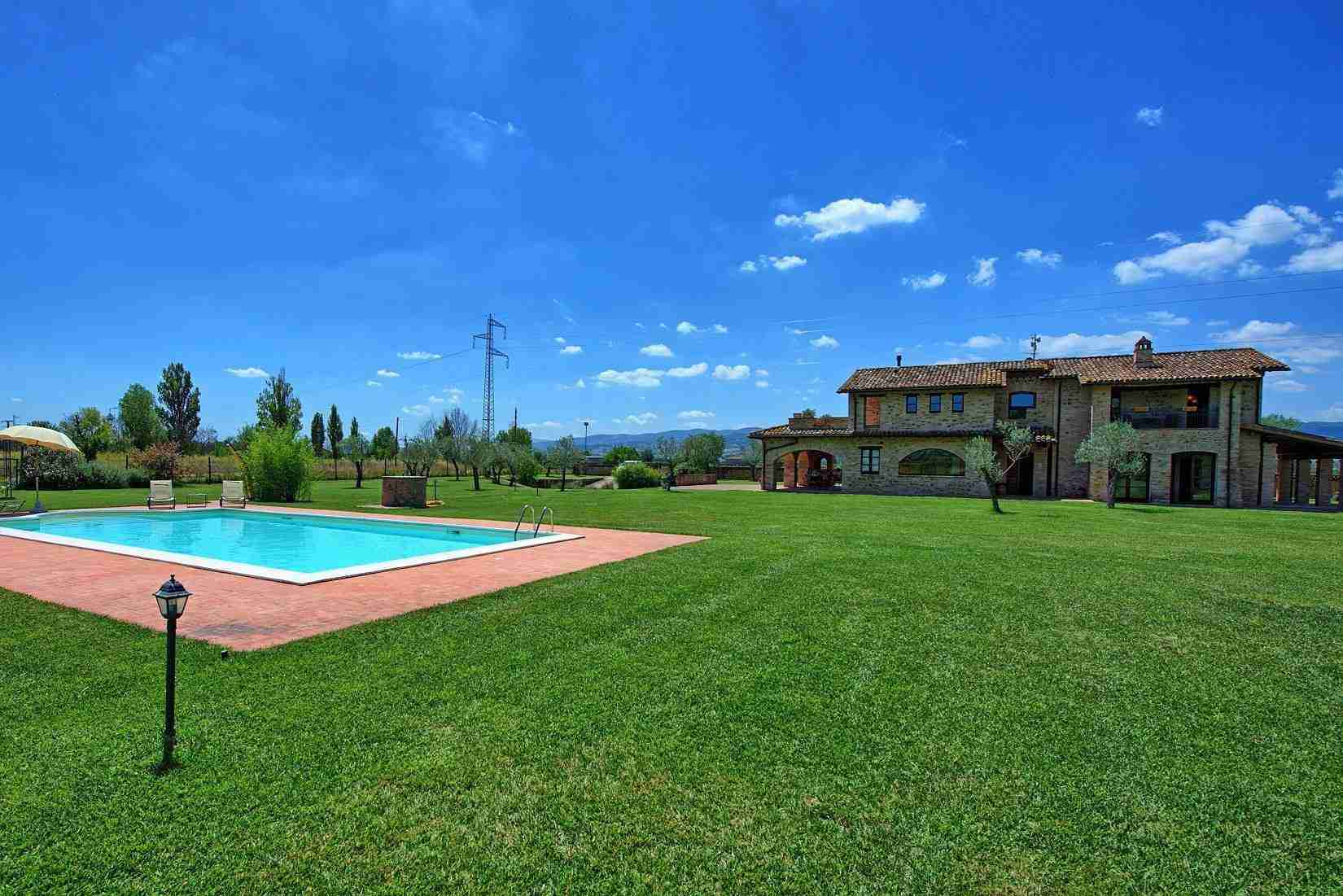 11 Assisi garden with pool