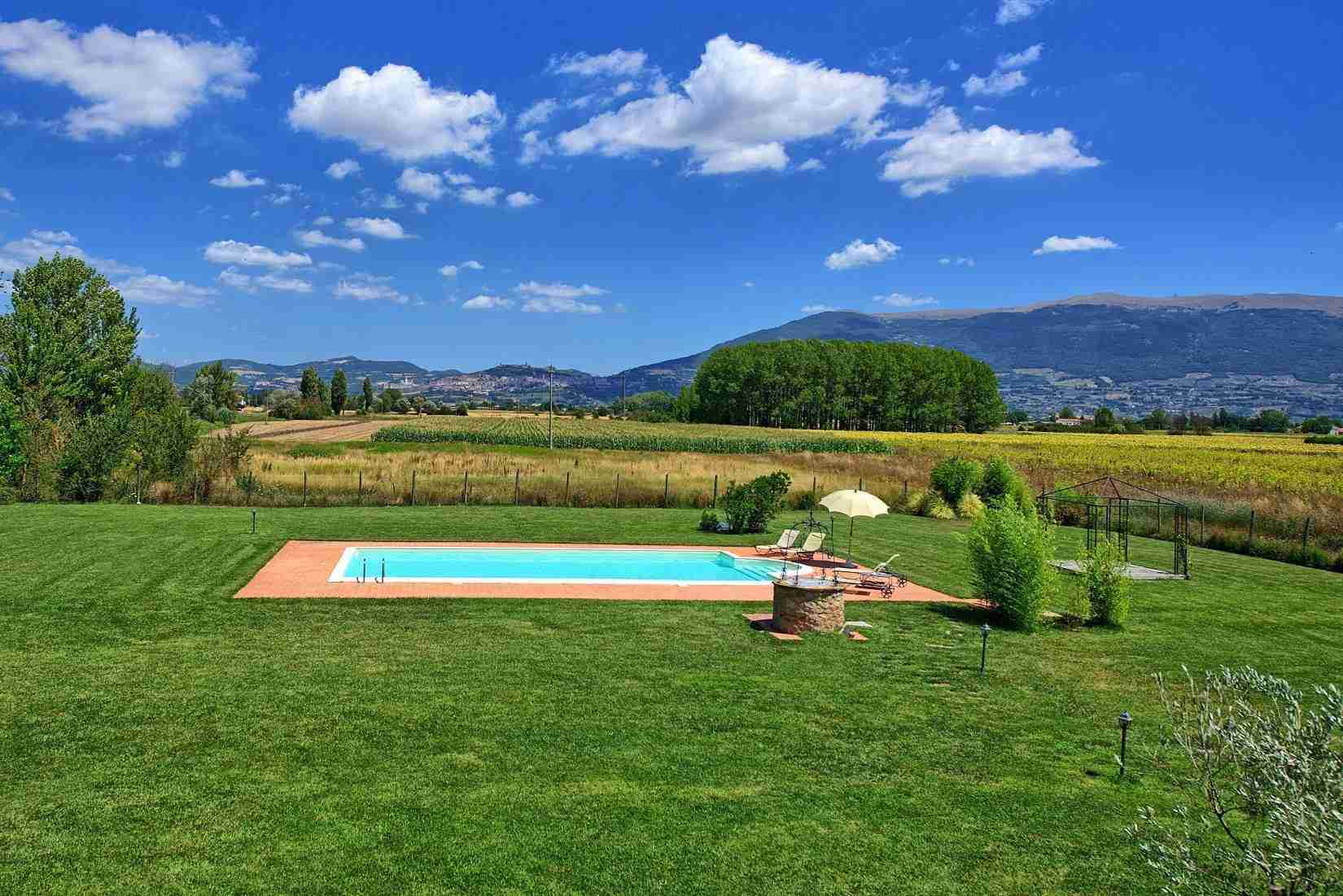 13 Assisi garden with pool
