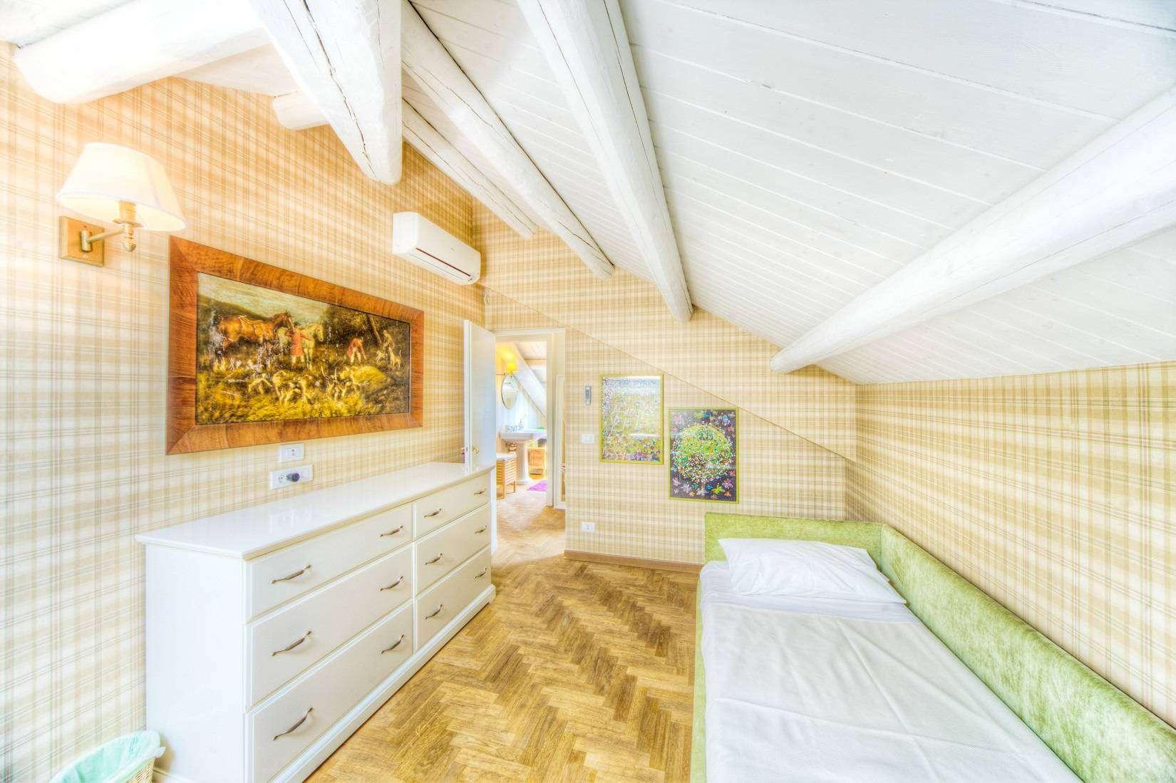 13 Rose Twin bedroom