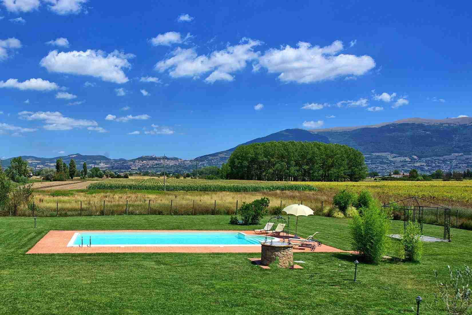 16 Assisi garden with pool