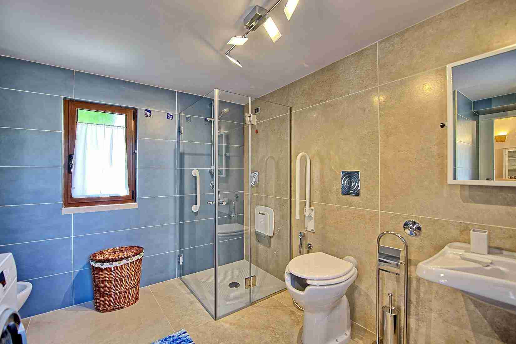 17 Colin bathroom