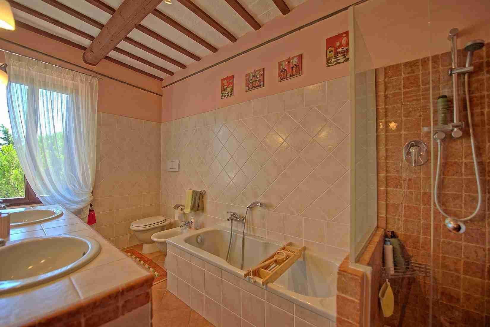 20 Clara bathroom
