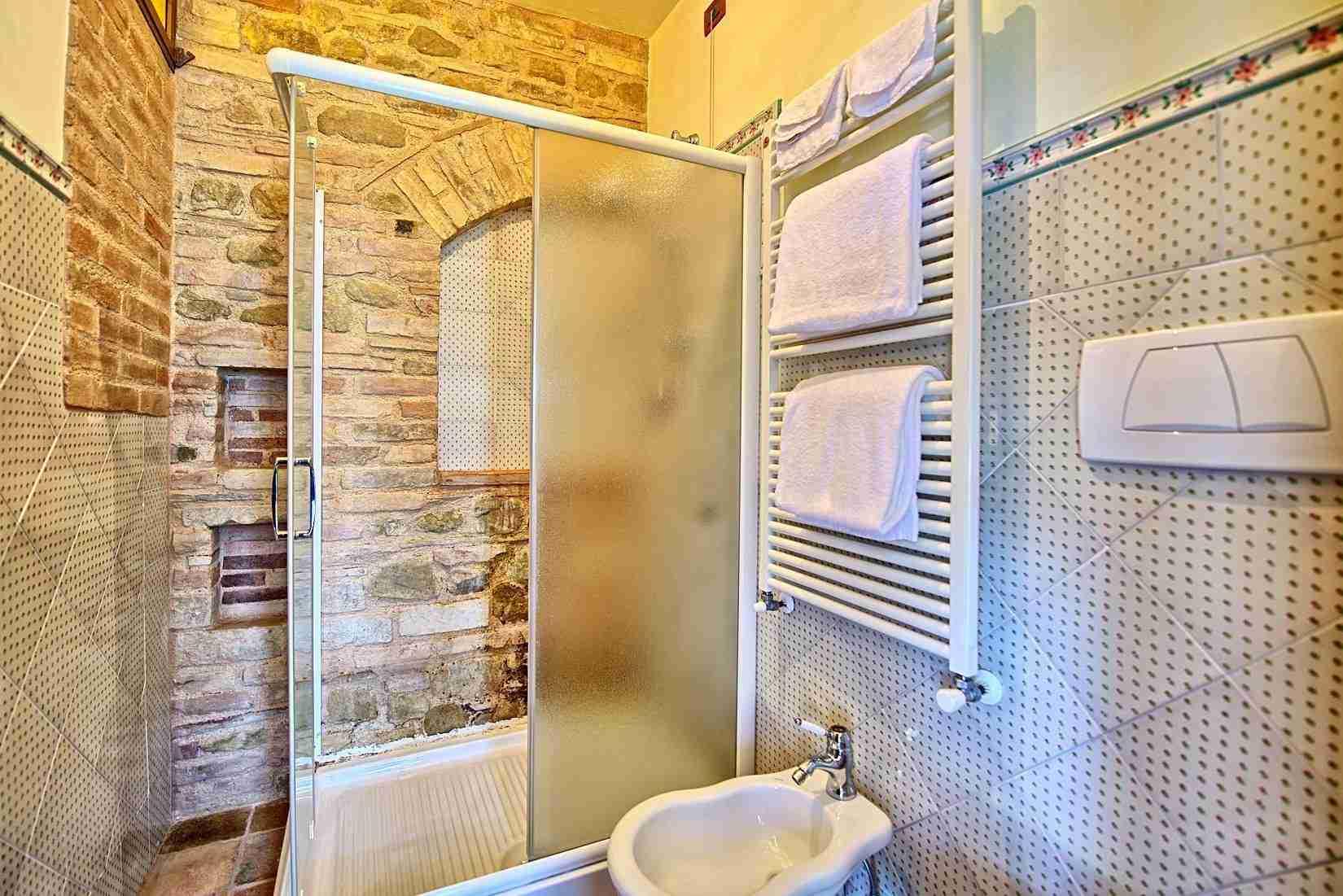 33 Assisi bathroom