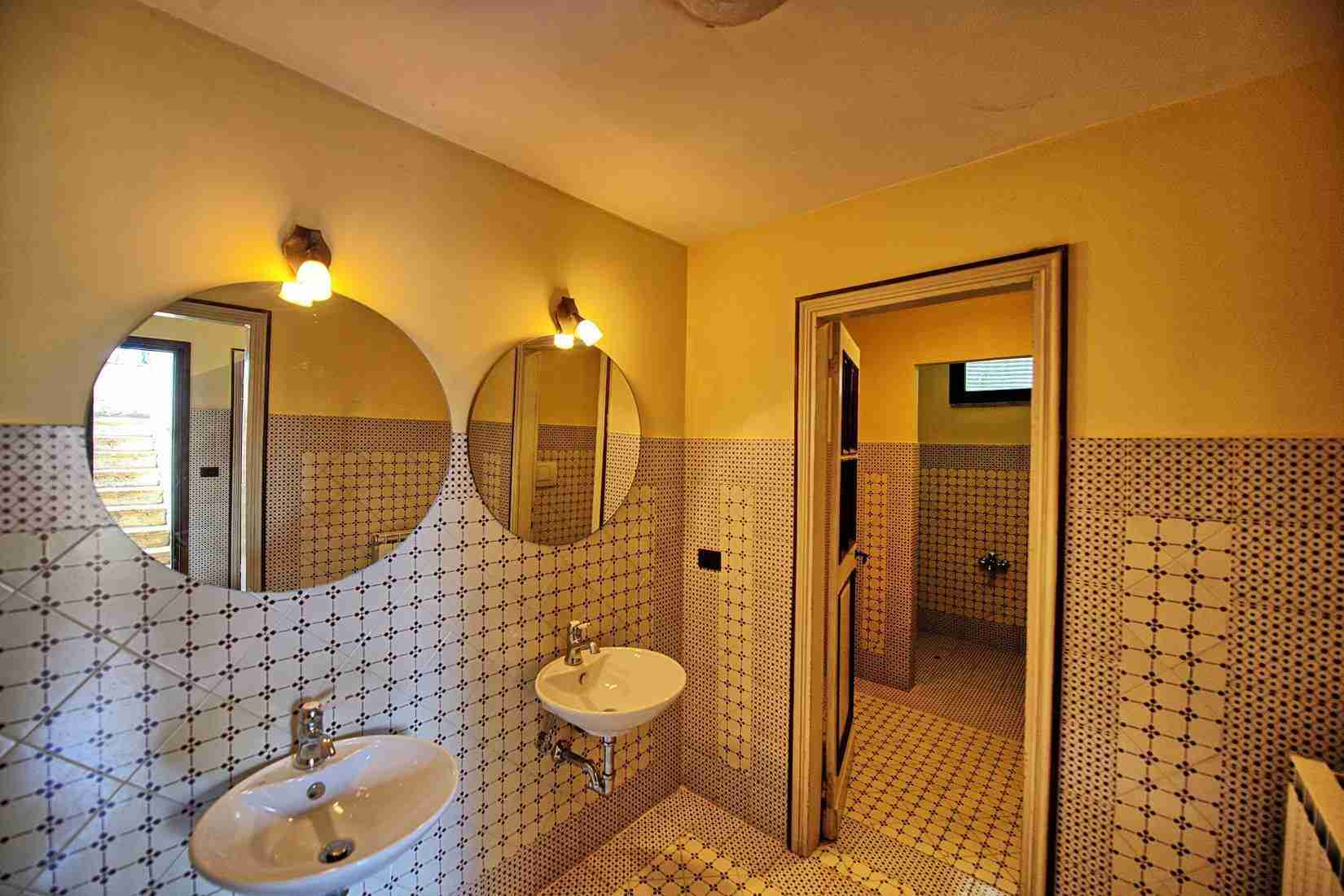 46 Assisi bathroom
