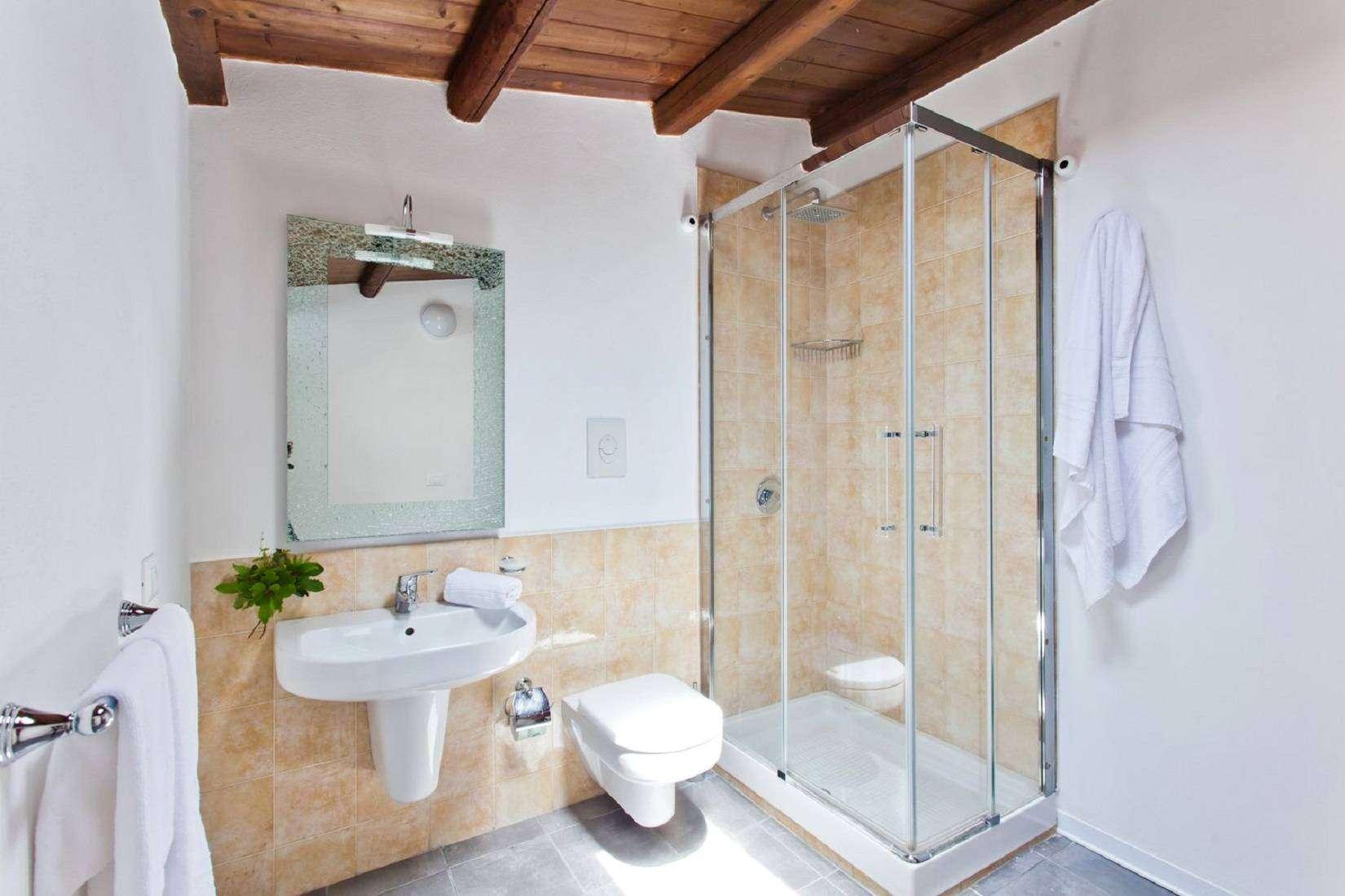 9 La Rocca Bathroom
