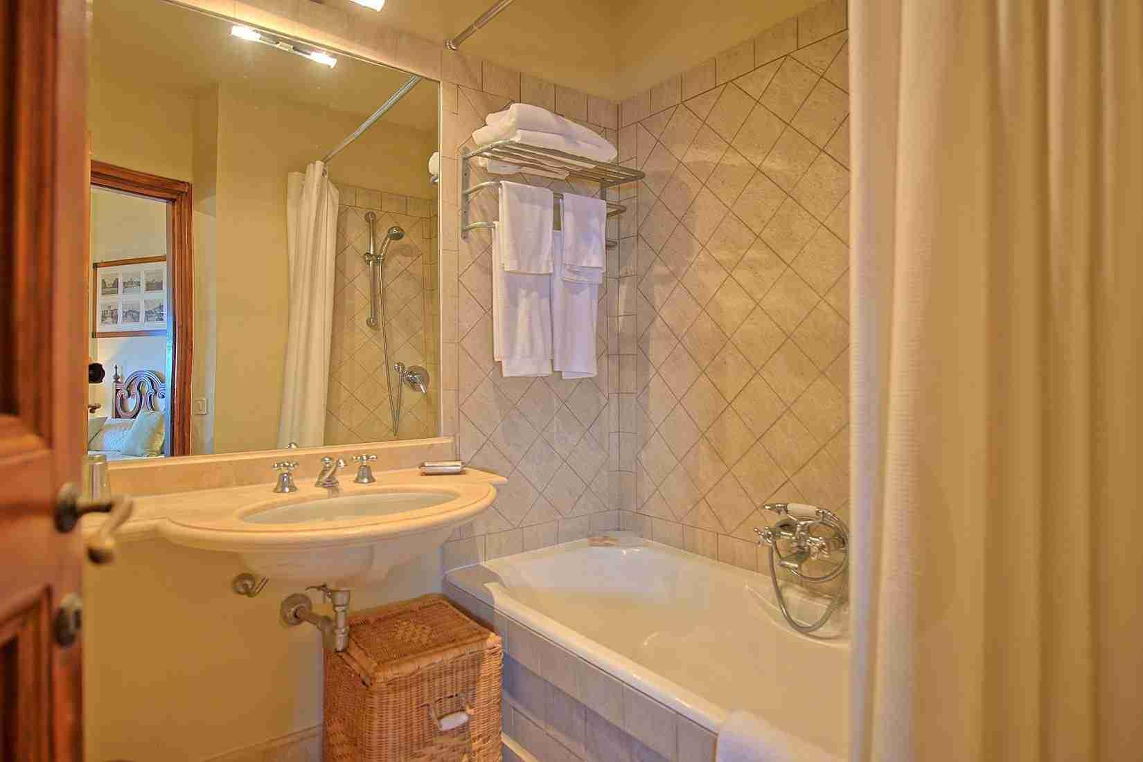 16 Mura del Bastione Bathroom with Tub