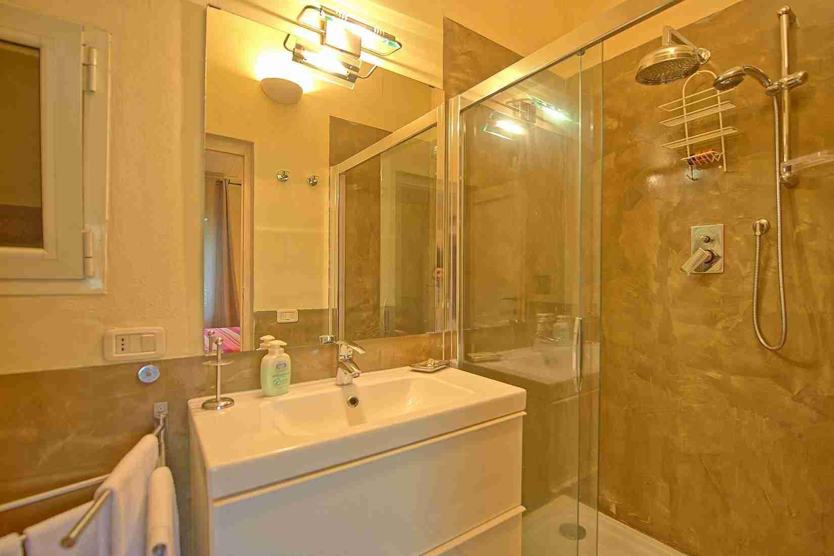 27 Mura del Bastione Shower Bathroom