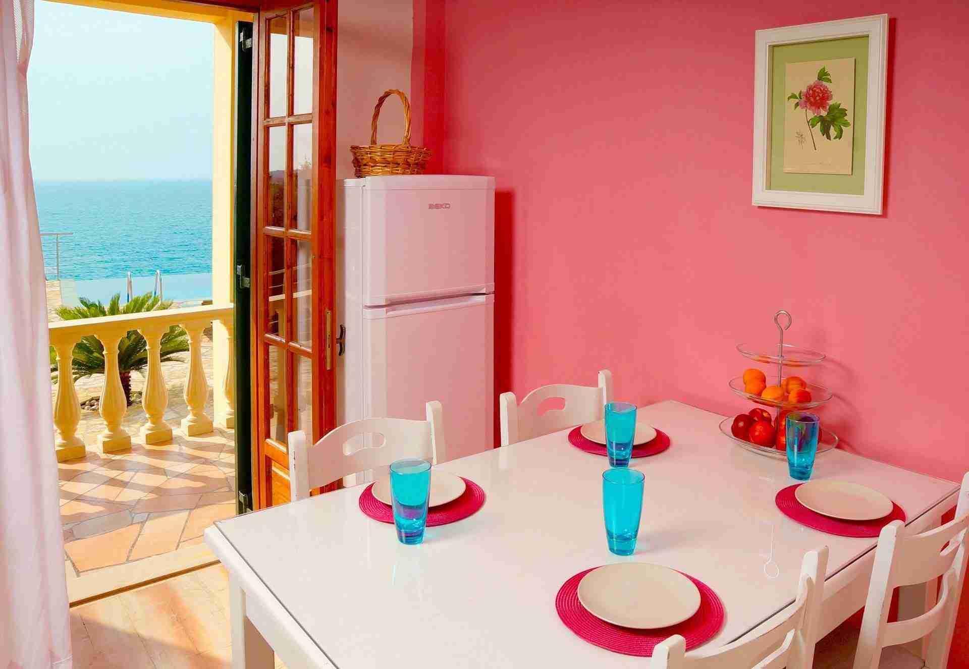 5 Hera Kitchen Table